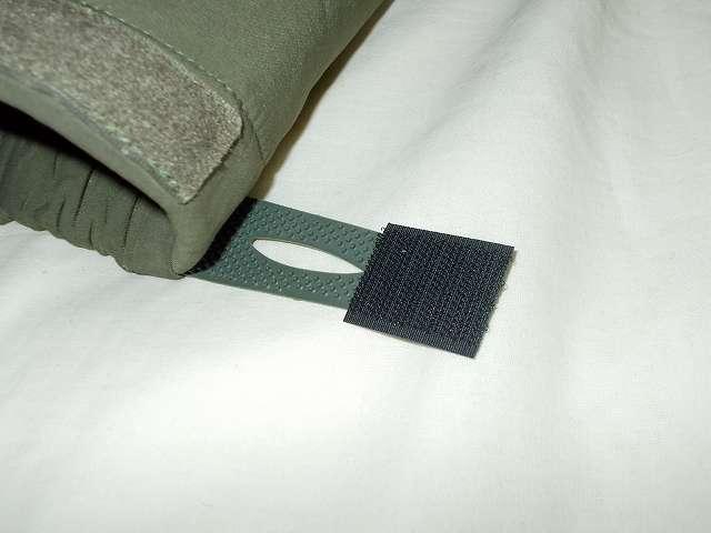 AIKOSHA ソフトシェル タクティカルジャケット M サイズ グリーン、袖口マジックテープ(樹脂フック側) 補修・補強改造作業、樹脂フックのブツブツが少ないためかループ側ベルクロから外れやすい、樹脂フックのブツブツの一部をカッターでカットして、3cm サイズにカットしたマジックテープ(フック側)を貼る、接着状態を確認しつつ余ったマジックテープ部分はハサミでカット