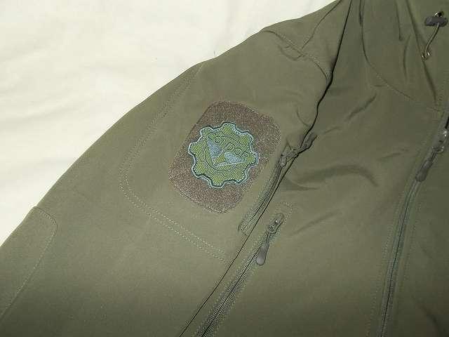 AIKOSHA ソフトシェル タクティカルジャケット M サイズ グリーンの右腕ショルダー 4 インチパッチにコンドル CONDOR ギアパッチ(オリーブドラブ)取り付け