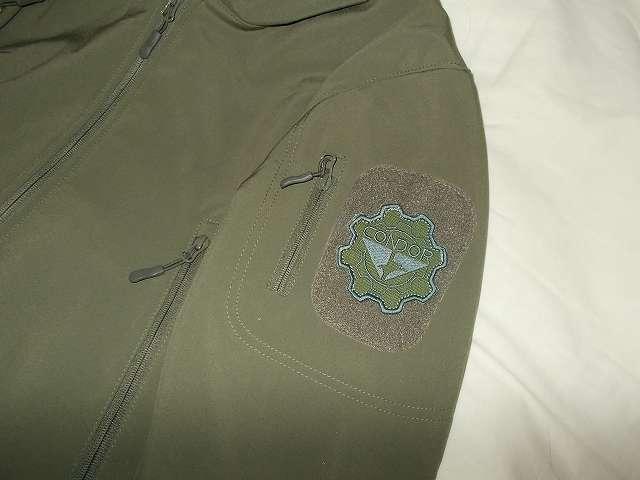 AIKOSHA ソフトシェル タクティカルジャケット M サイズ グリーンの左腕ショルダー 4 インチパッチにコンドル CONDOR ギアパッチ(オリーブドラブ)取り付け