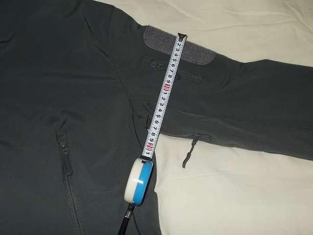 AIKOSHA ソフトシェル タクティカルジャケット M サイズ ダークグレー(襟タグ ESDY 表記)、ショルダーポケット部分の袖幅 約 17cm、腕回りが非常にきついため返品