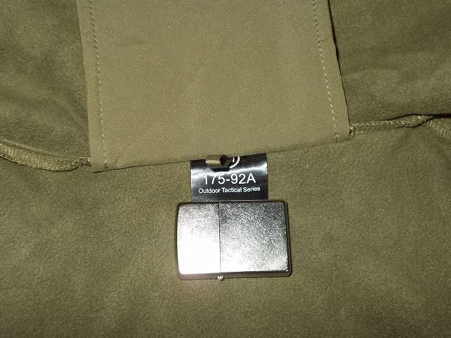 AIKOSHA ソフトシェル タクティカルジャケット M サイズ グリーン、襟タグ