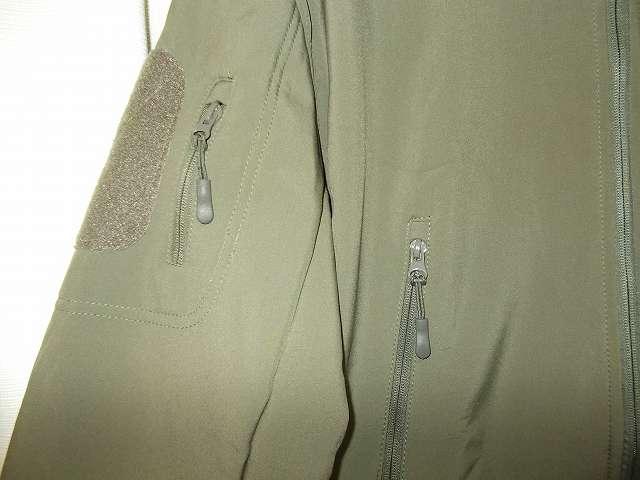 AIKOSHA ソフトシェル タクティカルジャケット M サイズ グリーン(襟タグ ESDY 表記)、ジッパーとジッパータブ、ジッパー部分が安物のような印象(重みがない?)、ジッパータブの取り付け方が簡易的、ジッパータブは取り外し可能なのでカーキのような取り付け方も可能