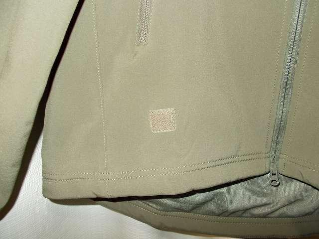 AIKOSHA ソフトシェル タクティカルジャケット M サイズ グリーン(襟タグ ESDY 表記)、パッチなし