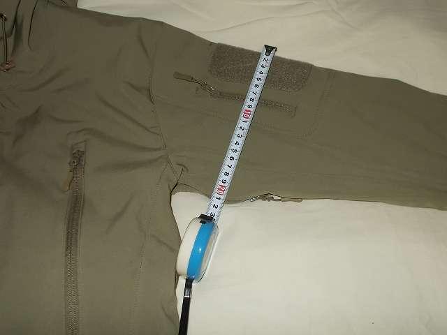 AIKOSHA ソフトシェル タクティカルジャケット M サイズ カーキ、ショルダーポケット部分の袖幅 約 21cm、サイズ問題なし