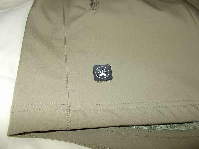 AIKOSHA ソフトシェル タクティカルジャケット M サイズ カーキ、右前身頃にある付属パッチ