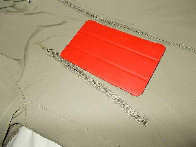 AIKOSHA ソフトシェル タクティカルジャケット M サイズ カーキ、D リング付チェストポケットに、ATiC Fire 7 2015 (第5世代) タブレット専用開閉式三つ折薄型スタンドケース(レッド)を装着した Fire タブレット 8GB (第5世代)(12cm x 19.5cm)を入れてみる