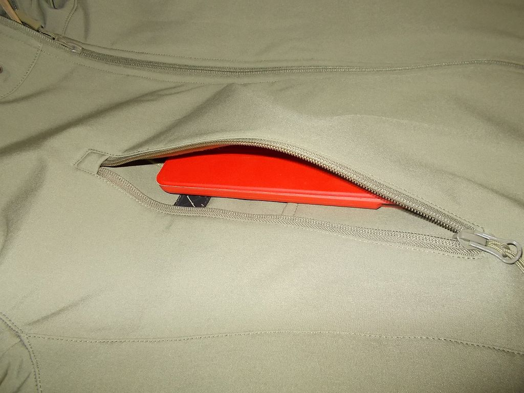 AIKOSHA ソフトシェル タクティカルジャケット M サイズ カーキ、D リング付チェストポケットに、ATiC Fire 7 2015 (第5世代) タブレット専用開閉式三つ折薄型スタンドケース(レッド)を装着した Fire タブレット 8GB (第5世代)(12cm x 19.5cm)を入れたところ、ぴったり収納