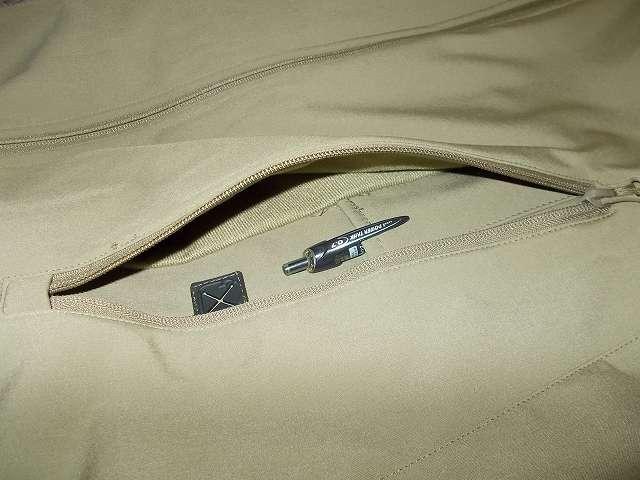 AIKOSHA ソフトシェル タクティカルジャケット M サイズ カーキ、D リング付チェストポケットのペンポケットの深さ 約 11cm、三菱鉛筆 油性ボールペン パワータンク SN-200PT-07 クリップがペンポケットに引っ掛けている状態