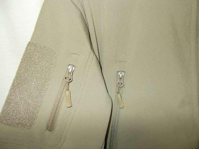 AIKOSHA ソフトシェル タクティカルジャケット M サイズ カーキ、ジッパーとジッパータブ、ジッパー部分がしっかりしている印象(重みがある?)、ジッパータブの取り付け方に工夫あり