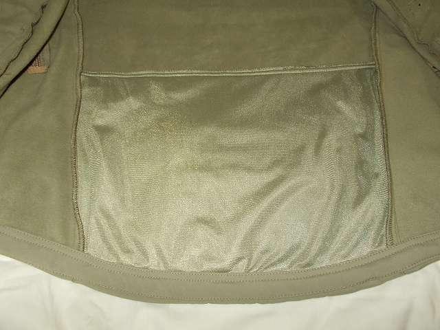 AIKOSHA ソフトシェル タクティカルジャケット M サイズ カーキ、ジッパー付きバックポケット裏側