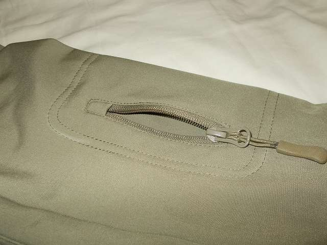 AIKOSHA ソフトシェル タクティカルジャケット M サイズ カーキ、左腕側ジッパー付スリーブポケット内部