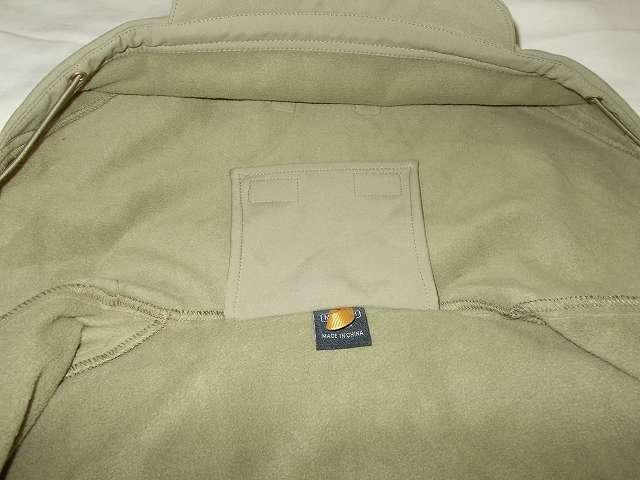 AIKOSHA ソフトシェル タクティカルジャケット M サイズ カーキ、襟・フード内側にあるフード収納固定用バンド