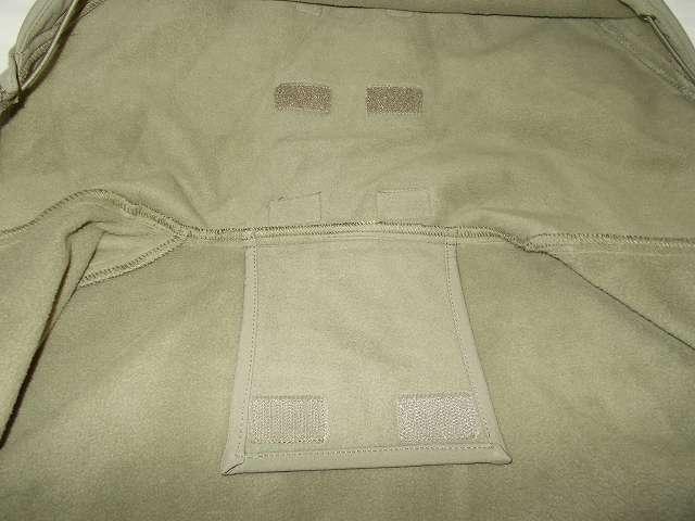 AIKOSHA ソフトシェル タクティカルジャケット M サイズ カーキ、襟・フード内側収納固定用バンド(ベルクロ部分)