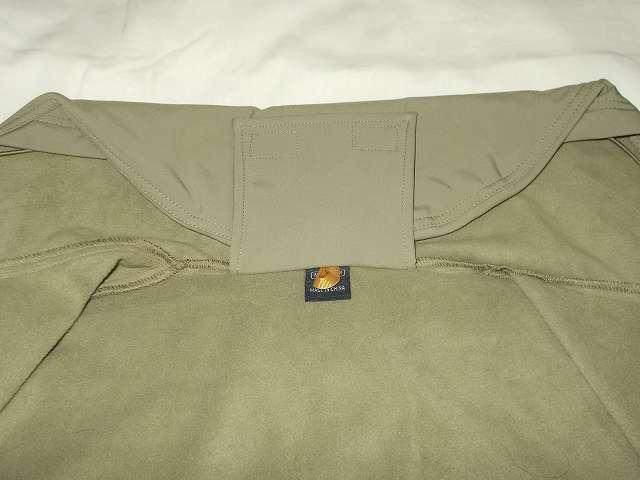 AIKOSHA ソフトシェル タクティカルジャケット M サイズ カーキ、フード収納固定用バンドでフードつば先のベルクロ部分に留めたところ