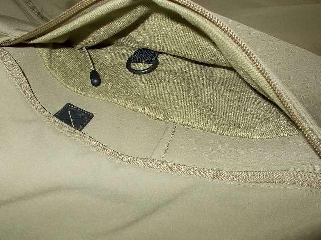 AIKOSHA ソフトシェル タクティカルジャケット M サイズ カーキ、D リング付チェストポケット、D リング、フード用ドローコード、ペンポケット、イヤホン通し穴