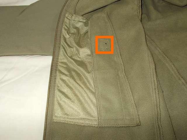 AIKOSHA ソフトシェル タクティカルジャケット M サイズ カーキ、ポケット裏地のイヤホン通し穴