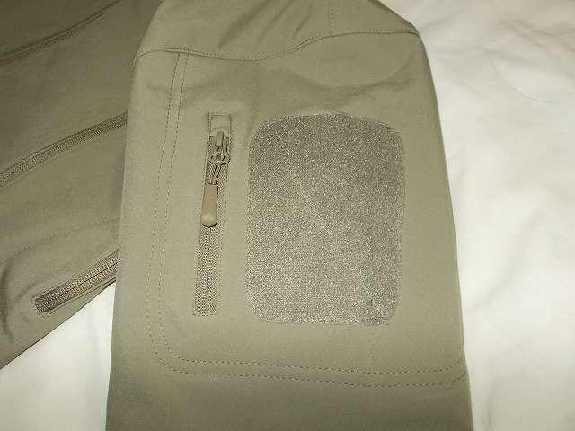 AIKOSHA ソフトシェル タクティカルジャケット M サイズ カーキ、ショルダーポケット、4 インチパッチ用ベルクロ
