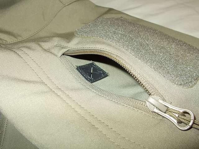 AIKOSHA ソフトシェル タクティカルジャケット M サイズ カーキ、ジッパー付ショルダーポケット、ショルダーポケット内にあるイヤホン通し穴