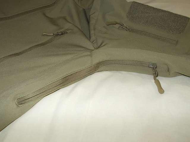 AIKOSHA ソフトシェル タクティカルジャケット M サイズ カーキ、脇の下ベンチレーション