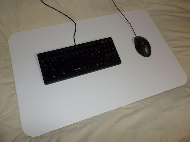 まーぶるめん台 L サイズ(78.5cm x 50.5cm 厚さ 1cm) バニラに DHARMAPOINT Dharma Tactical Keyboard テンキーレスキーボード DRTCKB91UP2 と Logicool G500s Laser Gaming Mouse を置いたところ