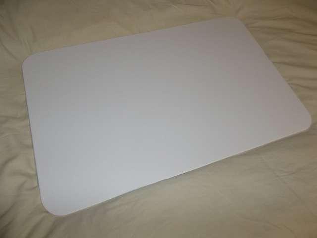 マウス・キーボード用台 まーぶるめん台 L サイズ(78.5cm x 50.5cm 厚さ 1cm) バニラ 購入、色はほぼ真っ白だがところどころに黒い斑点状が見える