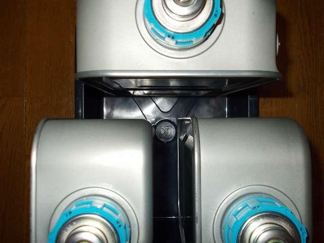 エーモン工業 オイル受皿 5L E189 にトヨトミ 油タンク RS-D239E 用 11275904 3台の内 2台の向きを変えて置いたところ、油タンクの間を T の字になるように配置することで真ん中になる突起に置くことなく安定して油タンクを保管できる