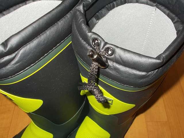 DUNLOP DOLMAN MOTORSPORT ダンロップ ドルマン G298 軽量防寒長靴 履き口は雨や雪などの進入を抑えるスパッツ仕様。履き口には紐とコードストッパーが取り付けられている