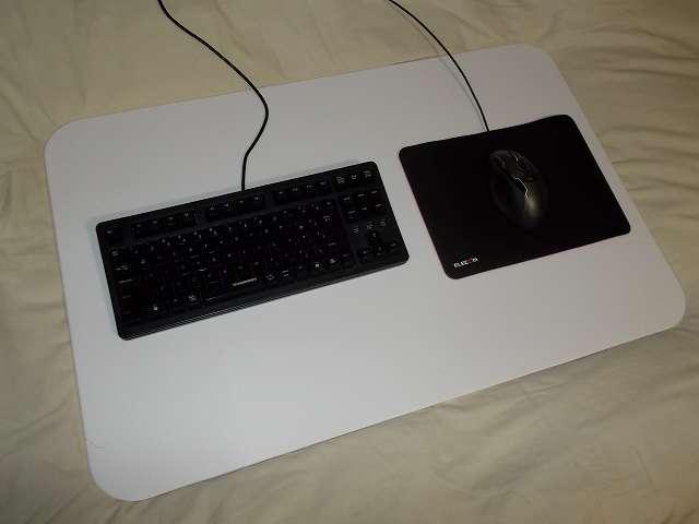 まーぶるめん台 L サイズの上にエレコム DUX MMO ゲーミングマウスパッド MP-DUXSBK A4 サイズを横向きに敷いて Logicool G500s Laser Gaming Mouse を置いたところ