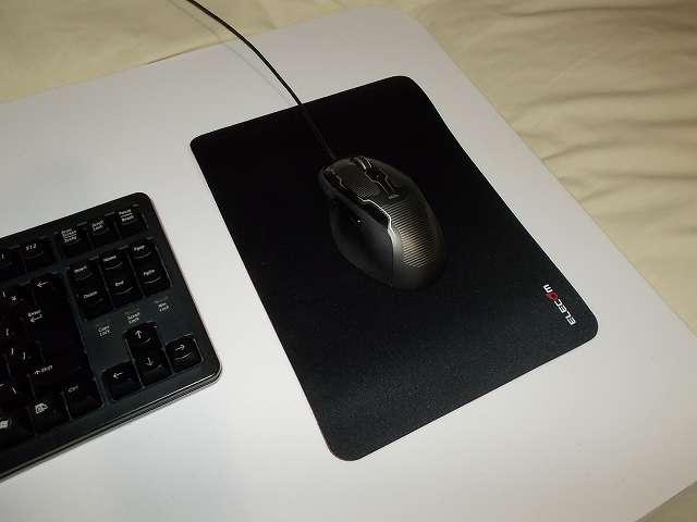 まーぶるめん台 L サイズの上にエレコム DUX MMO ゲーミングマウスパッド MP-DUXSBK A4 サイズを縦向きに敷いて Logicool G500s Laser Gaming Mouse を置いたところ