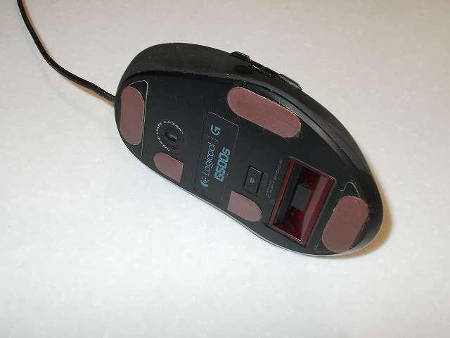 Logicool G500s Laser Gaming Mouse のマウスソールとして貼り付けてあるニチアス カグスベール トスベール、人工大理石のまーぶるめん台の上で使うとソールが削りやすいためか台が汚れやすい