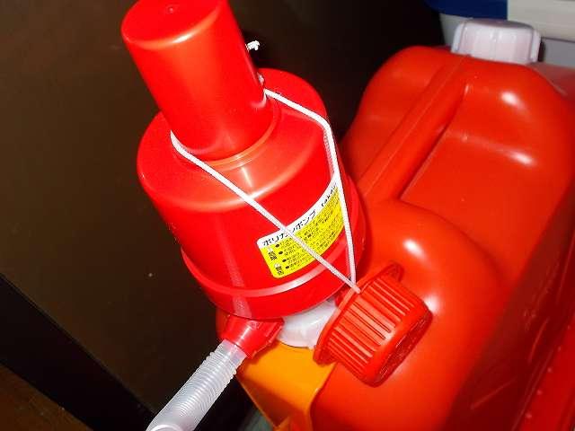 灯油ポリタンク口に三宅化学 キャップオープナーのヒモをかけたところ