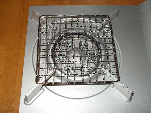 イワタニ カセットフー エコプレミアム CB-ECO-PRW の五徳(ごとく)にパール金属 懐石 卓上コンロ用 焼網 15cm H-6476(鉄・クロムめっき)を置いたところ