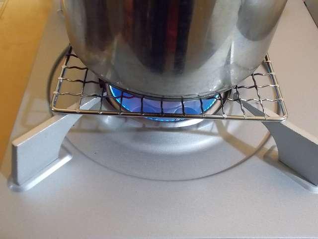 イワタニ カセットフー エコプレミアム CB-ECO-PRW の五徳(ごとく)にパール金属 懐石 卓上コンロ用 焼網 15cm H-6476(鉄・クロムめっき)を置いて、その上にステンレス鍋を置いた状態でガスコンロを着火・点火したところ