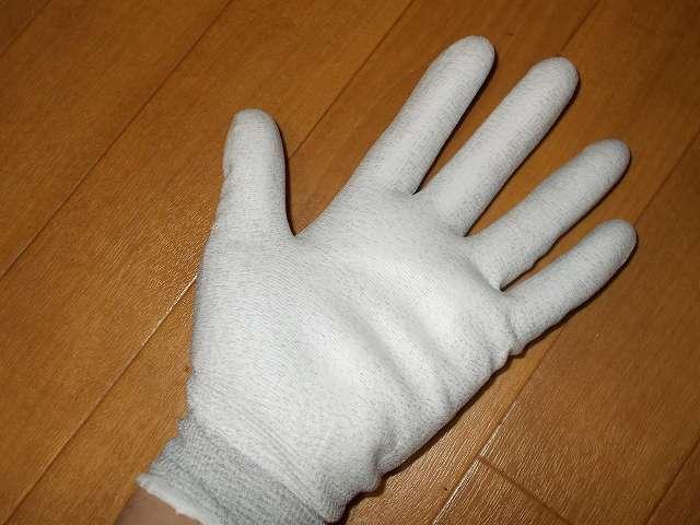 摩擦・接触による帯電を防ぐ静電気対策手袋シリーズ、カーボンを練り込んだ導電糸で編み上げ、手のひらにスベリ止めをコーティング、A0622 ESD プロテクトパーム手袋 装着、繊維部分はカーボンを練りこんだ導電糸採用により作業中の摩擦・接触による帯電を防止、洗濯耐性に優れた導電糸採用により繰り返し洗濯しても導電性能が持続、を手のひらに発泡ポリウレタンコーティングにより高いスベリ止め効果を発揮し通気性も確保、長繊維採用で手袋からのホコリや糸くずの発生を抑制、繊維部分は編み目が細かく縫い合わせのない独自の13ゲージ・シームレス編み手袋
