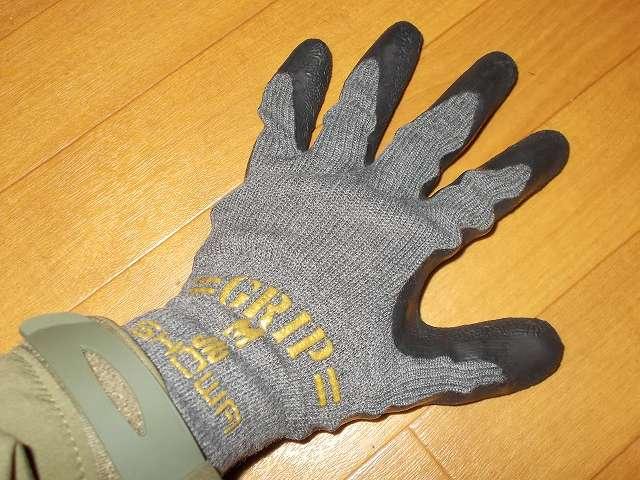 背抜き手袋のロングセラー 「グリップ」 シリーズ 肌ざわりが良くなめらかな風合い No.318 グリップカーボン 装着、繊維の組み合わせにより肌ざわりが良くなめらかな風合いを実現、スベリ止め効果がありやわらかく手にフィットするため作業性に優れてる、カーボンブラックを樹脂に配合、天然ゴムを手のひらにコーティングした通気性に優れた背抜き手袋、繊維部分には抗菌防臭加工を施しているため繊維上の細菌の増殖を抑制し汗などによる臭いの発生を抑制、繊維部分は編み目が細かく縫い合わせのない独自の 13ゲージ・シームレス編み手袋、裾部分はほつれを防ぐオーバーロック加工