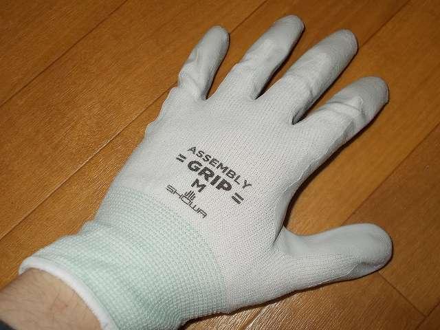 背抜き手袋のロングセラー 「グリップ」 シリーズ、薄く、丈夫で指先感覚が活かせる No.370 組立グリップ 装着、繊維部分は編み目が細かく縫い合わせのない独自の 13ゲージ・シームレス編み手袋、裾部分はほつれを防ぐオーバーロック加工、手のひらはニトリルゴムでコーティングしているため耐摩耗性・耐油性に優れる、薄くて強度があるので指先感覚が必要な細かい組立作業に最適