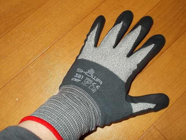 背抜き手袋のロングセラー 「グリップ」 シリーズ マイクロファイバー糸を採用し、手と手袋の一体感を高めた手袋 No.381 マイクログリップ Lサイズ 装着、マイクロファイバーの編み目を密にして肌への密着性を高め手袋内面のスベリ止め効果アップ、伸縮性に優れた糸をマイクロファイバーに組み合わせることで手のひらから指先までのフィット感をアップ、ニトリルゴムコーティングにより耐油性に優れ高いスベリ止め効果を発揮、従来の発泡ニトリルゴムコーティングの背抜き手袋に比べて耐摩耗性アップ、手のひらのコーティング部分には独自の S-press 仕上げ(SHOWA 独自の S 字パターンによるプレス加工)、発泡樹脂コーティングにより手のひら部分にも通気性を持たせムレを軽減、繊維部分は編み目が細かく縫い合わせのない独自の 13ゲージ・シームレス編み手袋、裾部分はほつれを防ぐオーバーロック加工