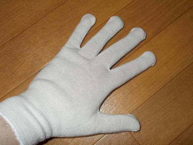 吸湿性に優れる、綿 100%の手袋 No.830 下ばき手袋 20枚入 装着、繊維部分は編み目が細かく縫い合わせのない独自の 13ゲージ・シームレス編み下ばき手袋、裾部分はほつれを防ぐオーバーロック加工、左右兼用タイプ