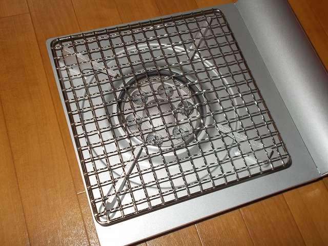 イワタニ カセットフー エコプレミアム CB-ECO-PRW の五徳(ごとく)にユニフレーム ネイチャーストーブ焼き網 SUS210 21cm 角 材質:ステンレス鋼を置いたところ