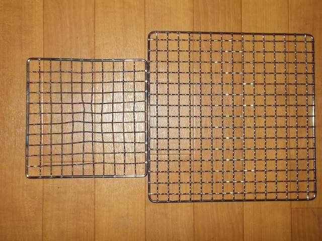ユニフレーム ネイチャーストーブ焼き網 SUS210 21cm 角 材質:ステンレス鋼(画像右側)とパール金属 懐石 卓上コンロ用 焼網 15cm H-6476 材質:鉄・クロムめっき(画像左側)比較