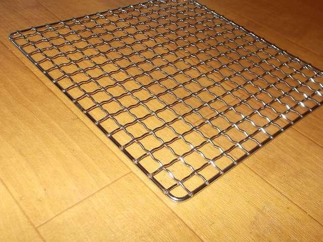イワタニ カセットフー エコプレミアム CB-ECO-PRW の五徳(ごとく)に小さい鍋を置くために購入したユニフレーム ネイチャーストーブ焼き網 SUS210 21cm 角 材質:ステンレス鋼 表面網目