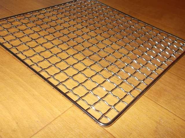 イワタニ カセットフー エコプレミアム CB-ECO-PRW の五徳(ごとく)に小さい鍋を置くために購入したユニフレーム ネイチャーストーブ焼き網 SUS210 21cm 角 材質:ステンレス鋼 裏面網目