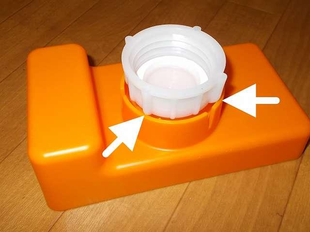 給油お助けトレイの灯油ポリタンクキャップ取り付け穴に Iwatani 岩谷産業 灯油缶キャップ 50mm がうまく入らない