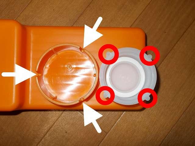 給油お助けトレイの灯油ポリタンクキャップ取り付け穴に Iwatani 岩谷産業 灯油缶キャップ 50mm がうまく入らない。原因はキャップ側に 4ヶ所の突起があるため。給油お助けトレイの取り付け穴には 3ヶ所の溝があるが、キャップ突起と取り付け穴の溝の数と位置が合わない状態