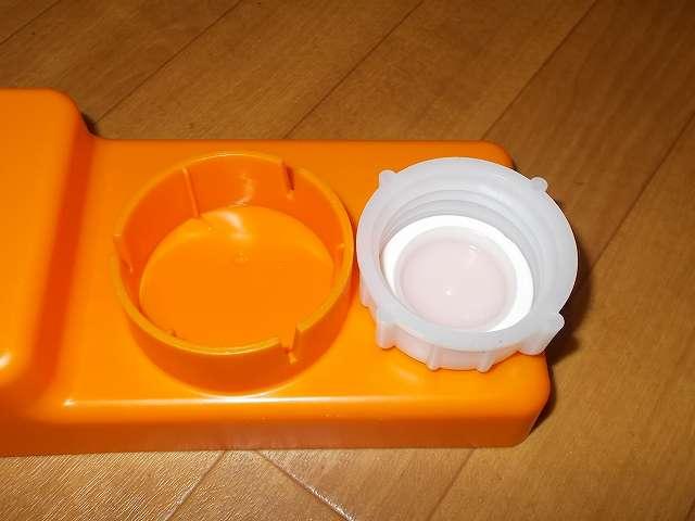 給油お助けトレイの灯油ポリタンクキャップ取り付け穴に Iwatani 岩谷産業 灯油缶キャップ 50mm がうまく入らない。原因はキャップ側に 4ヶ所の突起があるため。給油お助けトレイの取り付け穴には 3ヶ所の溝があるが、キャップ側突起とトレイ側取り付け穴の溝の数と位置が合わない状態