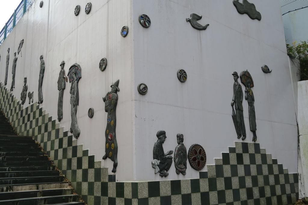 鬼怒川沿いのホテルの壁面_2