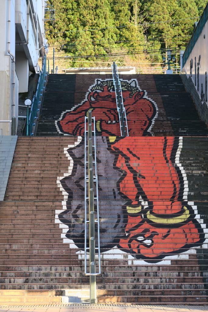階段には『鬼怒太』のイラスト