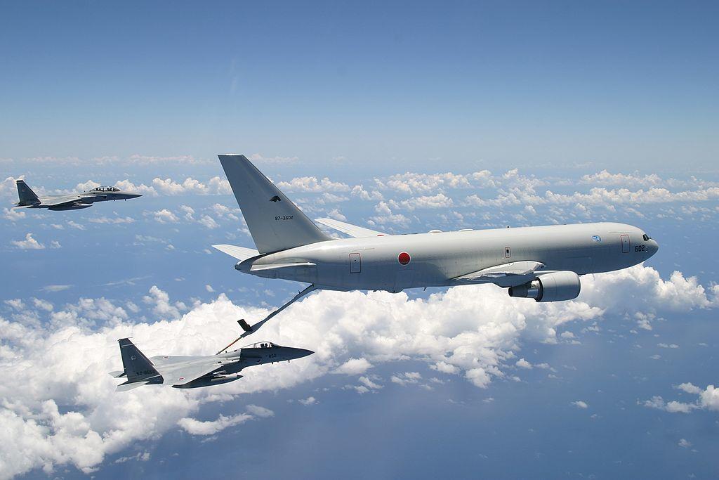 空中給油中のKC-767