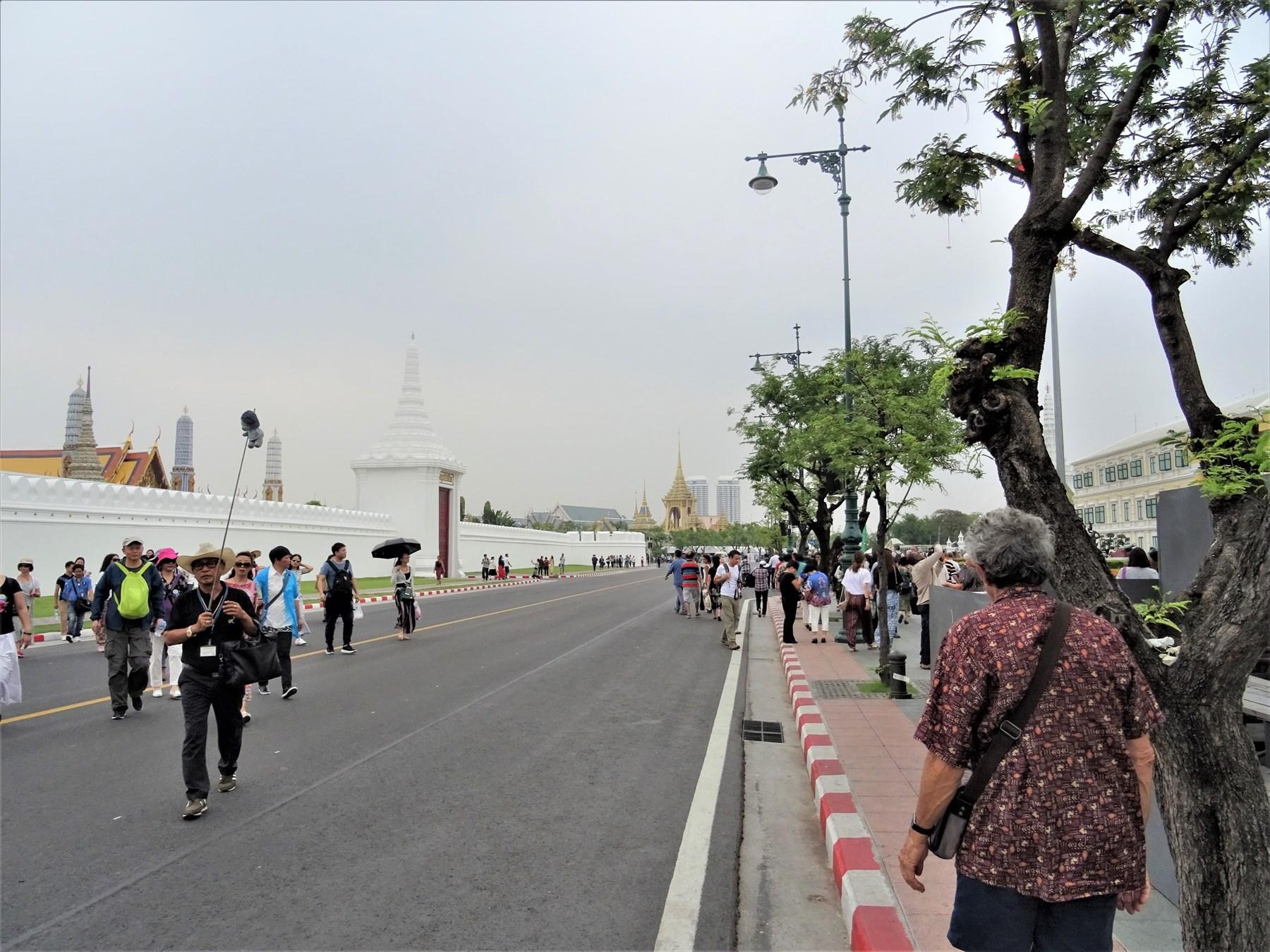 王宮前広場や王宮周辺は通行止めが続く