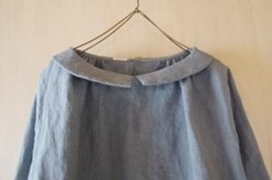 小さな丸襟のギャザーブラウス七分袖スモーキーサックス襟
